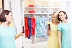 Красивые молодые женщины имея потеху в магазине Стоковая Фотография