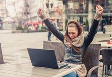 Красивые молодые женщины используя компьтер-книжку на внешнем кафе Стоковое фото RF