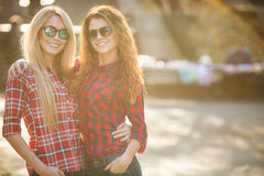 Красивые молодые женщины на прогулке в парке Стоковое фото RF