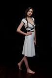 Красивые молодые женщины представляя в студии стоковая фотография rf