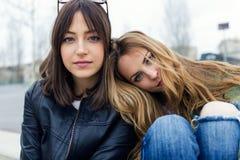 Красивые молодые женщины смотря камеру в улице Стоковые Изображения