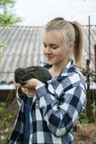 Красивые молодые женщины с кроликом стоковое фото rf