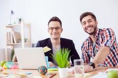 Красивые молодые коллеги работают в офисе Стоковое Изображение RF
