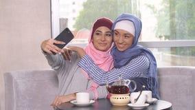 Красивые молодые мусульманские девушки делают selfie на smartphone Стоковые Фото