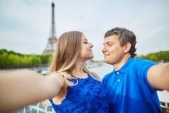 Красивые молодые пары датировка в Париже делая selfie стоковые изображения