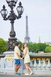 Красивые молодые пары датировка в Париже стоковые фото
