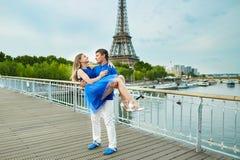Красивые молодые пары датировка в Париже стоковая фотография rf