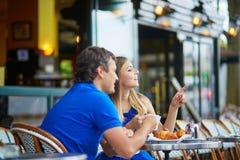 Красивые молодые пары датировка в парижском кафе Стоковое Фото