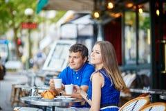 Красивые молодые пары датировка в парижском кафе Стоковая Фотография