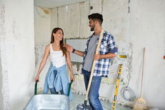 Красивые молодые пары восстанавливая их дом Стоковое фото RF