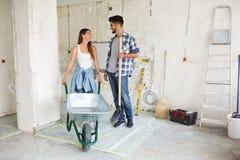 Красивые молодые пары восстанавливая их дом Стоковое Фото