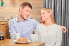 Красивые молодые пары в кафе Стоковые Фотографии RF