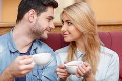 Красивые молодые пары в кафе Стоковое Фото