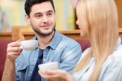 Красивые молодые пары в кафе Стоковая Фотография