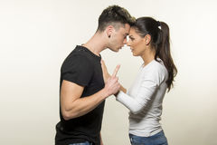 Красивые молодые пары в концепции влюбленности и боя стоковое фото