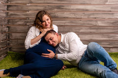 Красивые молодые пары надеясь младенца стоковое фото