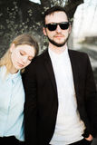 Красивые молодые пары на заходе солнца Стоковые Изображения RF