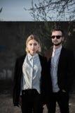 Красивые молодые пары на заходе солнца Стоковое Изображение