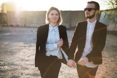 Красивые молодые пары на заходе солнца Стоковое фото RF