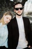 Красивые молодые пары на заходе солнца Стоковое Фото
