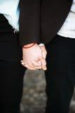 Красивые молодые пары на заходе солнца Стоковые Фото