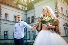 Красивые молодые пары свадьбы стоят счастливыми совместно в парке внутри Стоковое фото RF