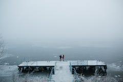Красивые молодые пары стоя на пристани Стоковые Изображения