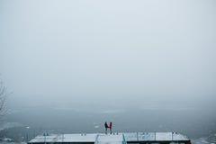Красивые молодые пары стоя на пристани Стоковое Изображение