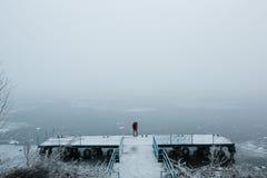 Красивые молодые пары стоя на пристани Стоковые Фотографии RF