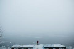 Красивые молодые пары стоя на пристани Стоковая Фотография
