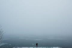 Красивые молодые пары стоя на пристани Стоковое Изображение RF