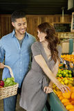 Красивые молодые пары ходя по магазинам совместно в рынке Стоковое Изображение RF