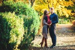 Красивые молодые любящие пары идя outdoors на парк Стоковые Фото