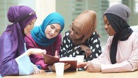 Красивые мусульманские и арабские девушки читая Koran совместно в группе видеоматериал