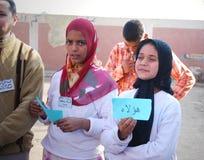 Красивые мусульманские девушки задерживая арабские слова Стоковое фото RF