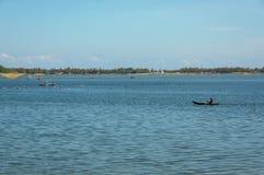 Красивые небольшие рыбацкие лодки и человек fisher на море с предпосылкой голубого неба и частью 3 залива Юго-Восточной Азии стоковая фотография rf