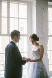 Красивые нов-пожененные пары bridal способ Стоковое Изображение RF