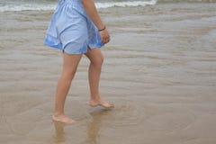 Красивые ноги женщины, идя на пляж Стоковые Фото