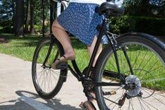 Красивые ноги женщины на конце педали велосипеда вверх Стоковые Фото
