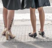 Красивые ноги женщин на улице стоковое изображение rf