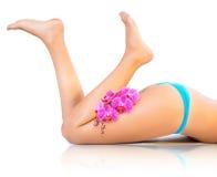 Красивые ноги и орхидеи Стоковое Фото