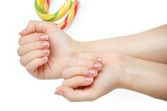 Красивые ногти женщины при красивый французский изолированный маникюр Стоковое Фото