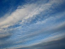 Красивые облака в небе лета Стоковые Изображения