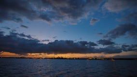 Красивые облака захода солнца с плавая паромом philippines акции видеоматериалы