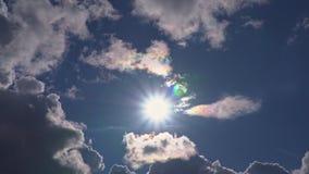 Красивые облака и солнце в голубом небе сток-видео
