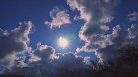 Красивые облака и солнце в голубом небе видеоматериал