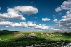 Красивые облака на голубом небе и ландшафте поля лета зеленом Стоковые Изображения