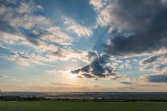 Красивые облака на голубом небе и ландшафте поля лета зеленом Стоковые Изображения RF