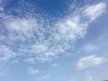 Красивые облака против предпосылки голубого неба Небо облака Голубое небо с пасмурной погодой, облаком природы Белые облака, голу Стоковые Изображения