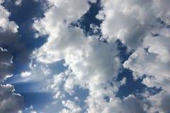 Красивые облака против предпосылки голубого неба Небо облака Голубое небо с пасмурной погодой, облаком природы Белые облака, голу Стоковые Фото